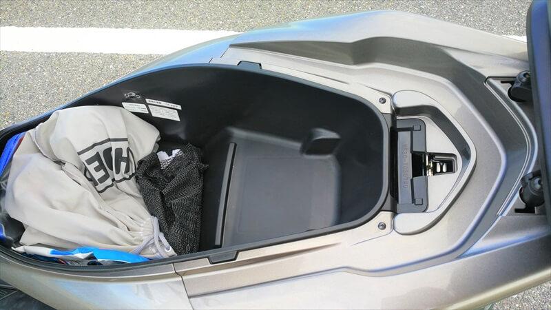 PCXとカブのシート下収納