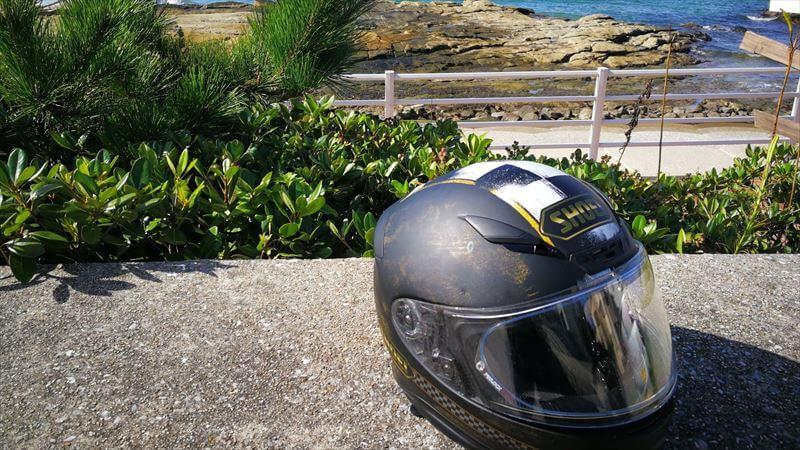 バイクを停めたあとのヘルメット