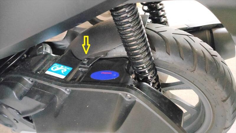 エアクリーナーボックス固定ボルトを外す2