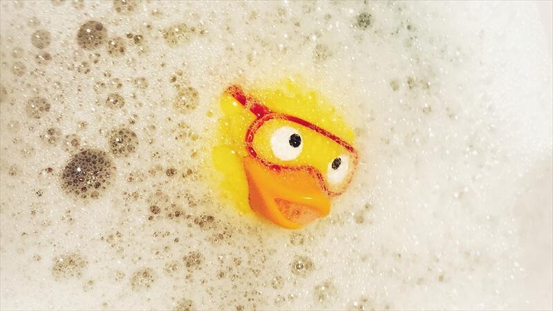 泡で汚れを包むように洗う