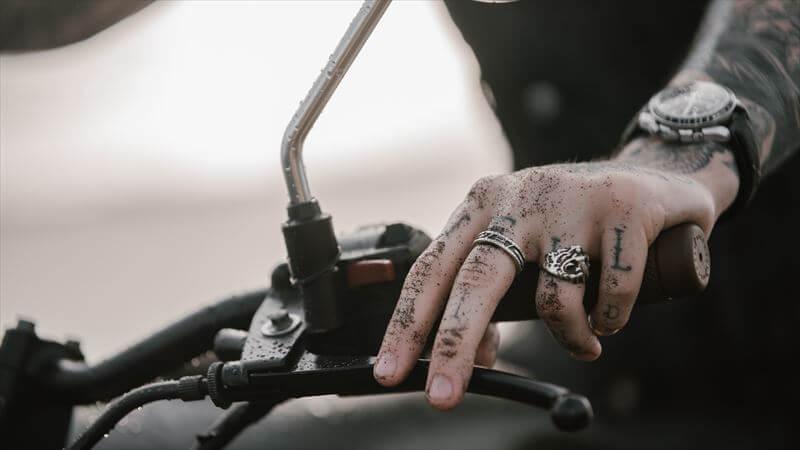 フロントブレーキに指を掛けない