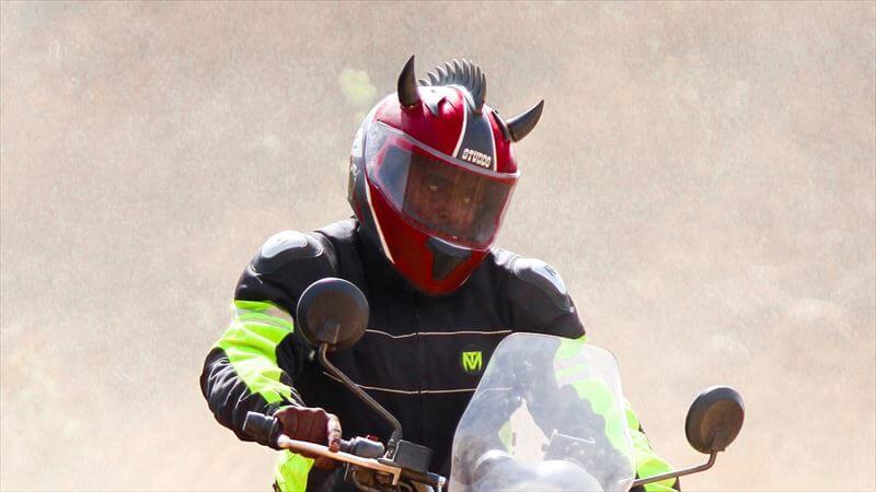 ヘルメットに猫耳や尻尾のカスタム