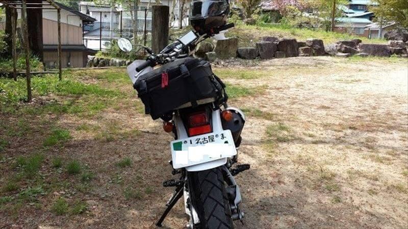 バイクのナンバープレートは、無防備