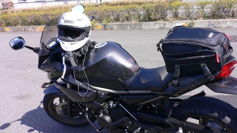 無難な選択なら、黒か白のヘルメット