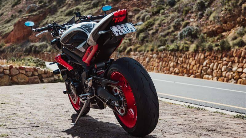 なぜ、バイクのナンバープレートの角度を変えるのか?